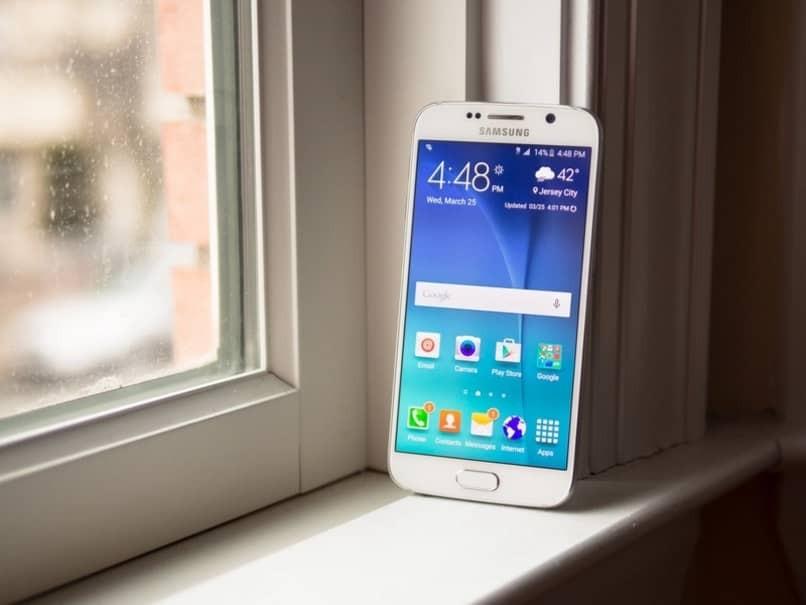 Samsung Galaxy S6 an die Wand gelehnt