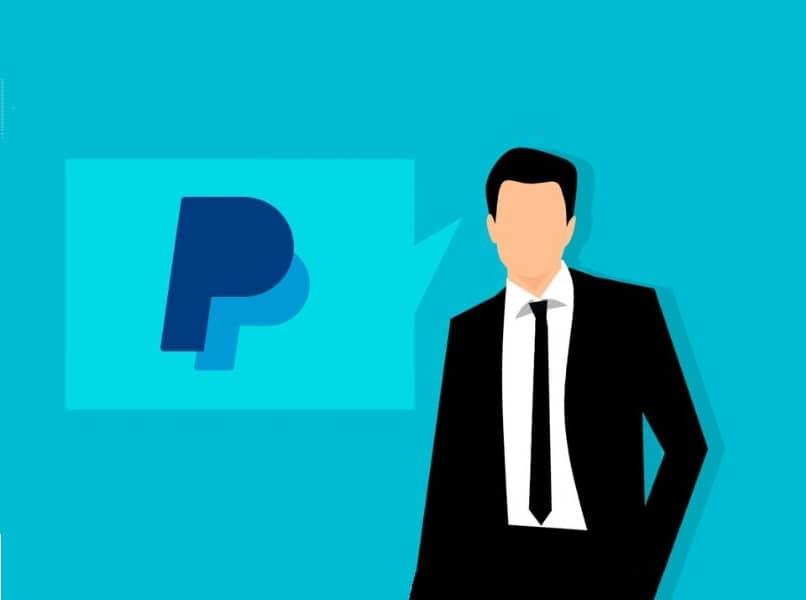 Person mit schwarzem Anzug und blauem Hintergrund des Paypal-Logos