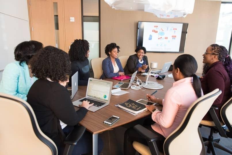 Menschen mit PowerPoint-Präsentation