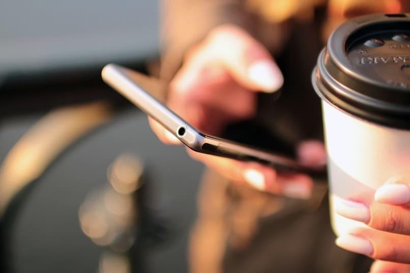 Person, die ein Handy benutzt