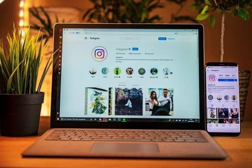 Instagram auf dem mobilen Bildschirm und Laptop