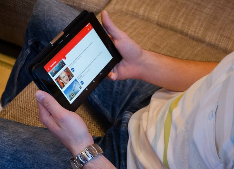 Mann mit Tablet mit Youtube