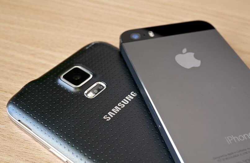 Samsung Handy und iPhone auf Holztisch