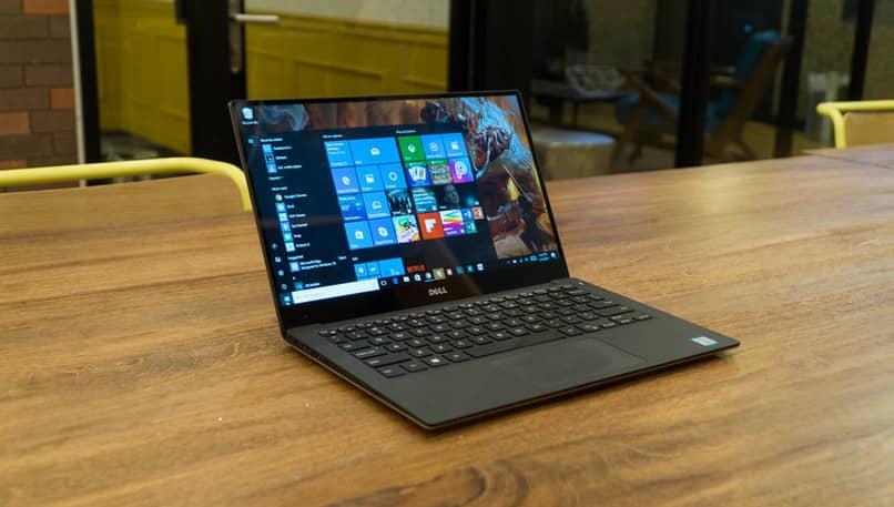 Laptop auf Tisch mit geöffnetem Windows-Menü