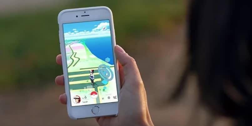 Person, die Pokemon spielt, gehen