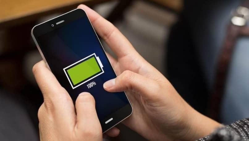 Smartphone mit Ladesymbol in den Händen