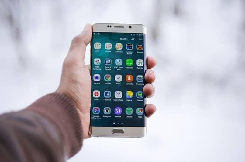 Mann hält Samsung Galaxy Mobile