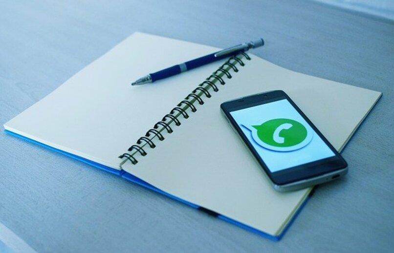 Handy auf Laptop läuft WhatsApp
