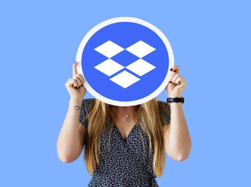 Frau, die Gesicht mit Dropbox-Logo bedeckt