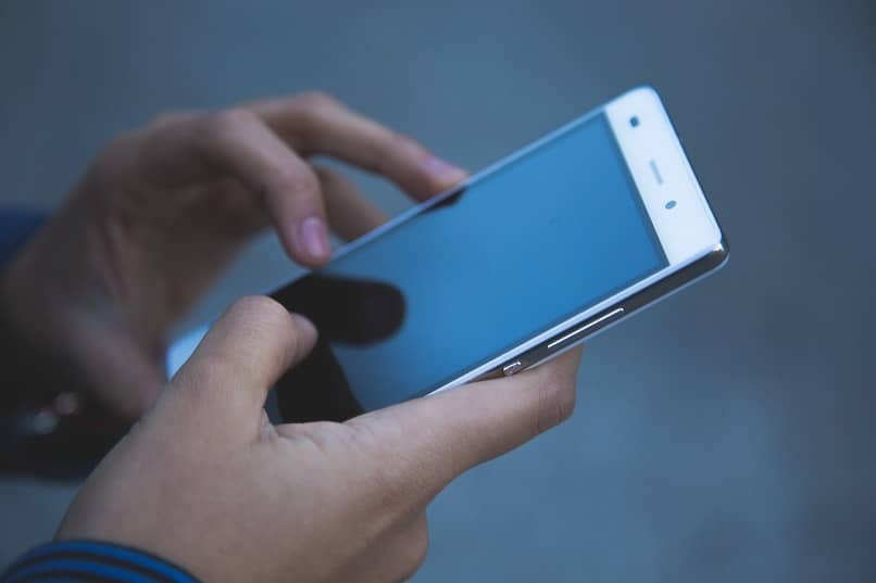 Person, die ihr mobiles Gerät verwendet