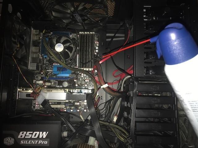 Reinigen des Inneren Ihres Computers Computer ziehen Staubhasen wie Magnete auf Metall, aber das bedeutet nicht, dass sie kompatibel sind.  Dies ist eine schrittweise Anleitung, wie Sie das Innere Ihres Computers sicher reinigen können.