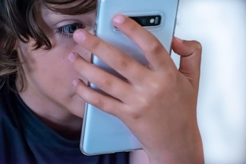 Junge schaut auf sein Handy