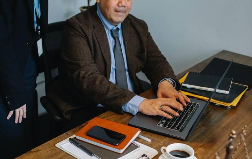 Mann, der mit Laptop arbeitet