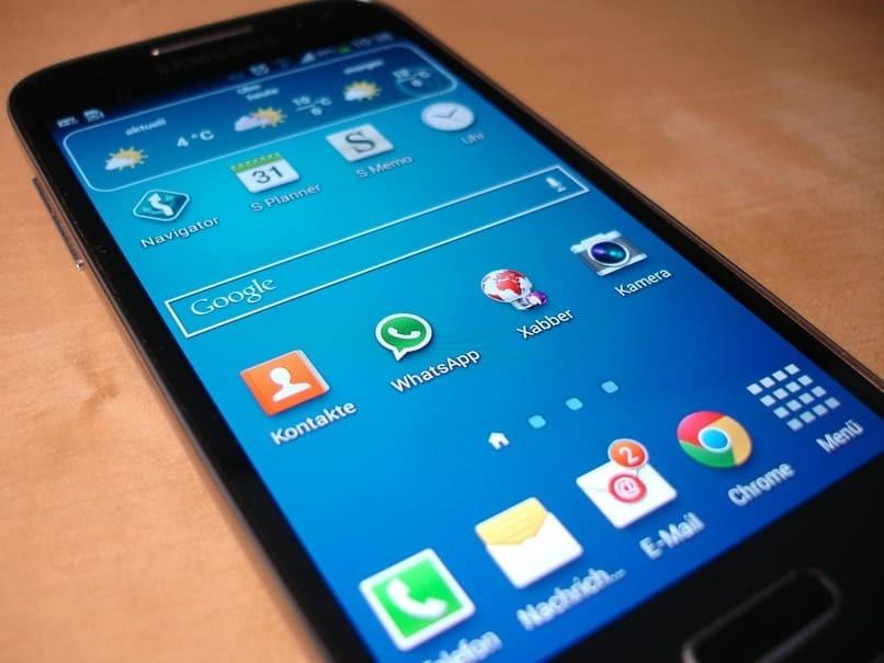 schwarzes Handy auf einem Tisch