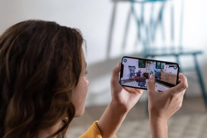 Frau macht ein Foto mit dem Handy
