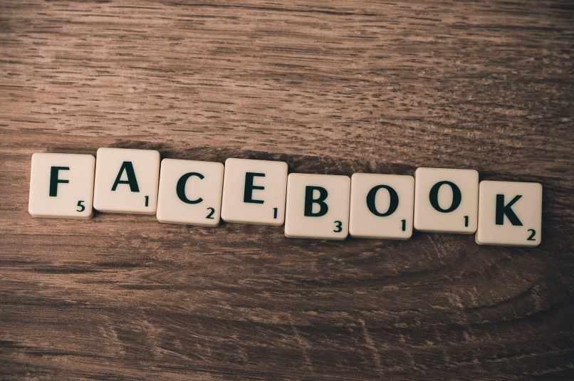 Facebook Scrabble Holztisch