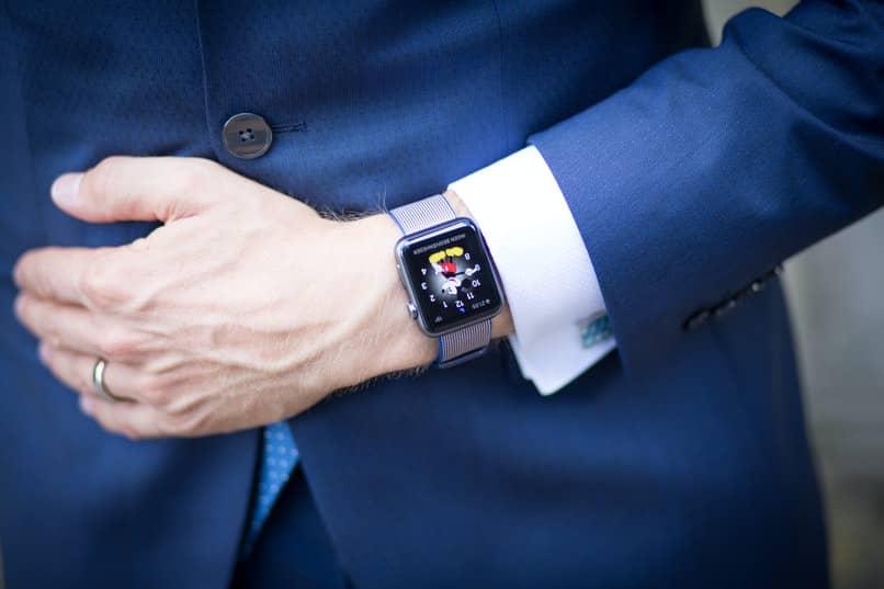 Smartwatch im modernen Design mit WhatsApp