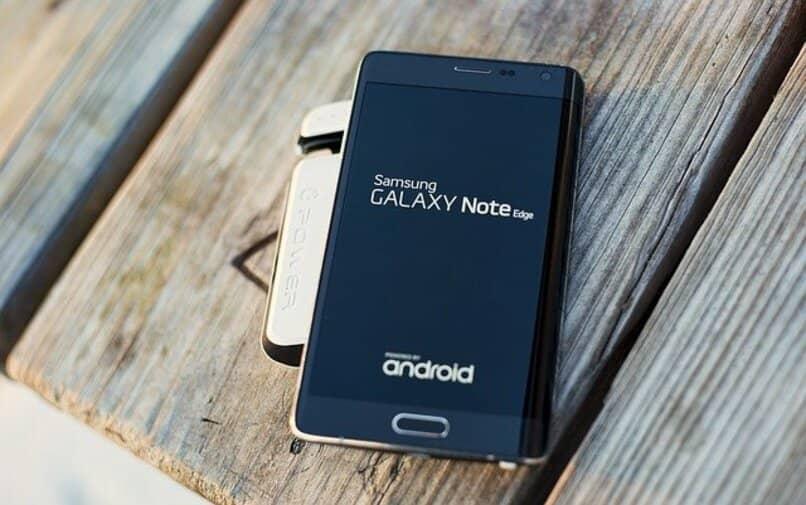 Samsung Galaxy Note Edge thront auf Holz