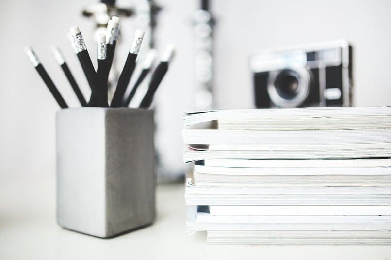 schwarze Stifte in einem Behälter