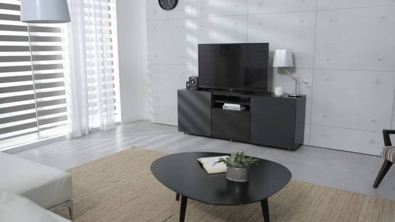 schwarzer Smart-TV auf einem Tisch