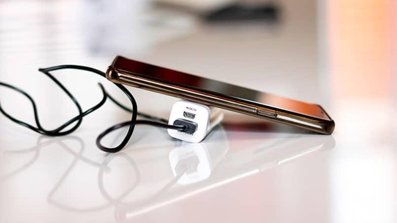 Smartphone zum Aufladen bereit
