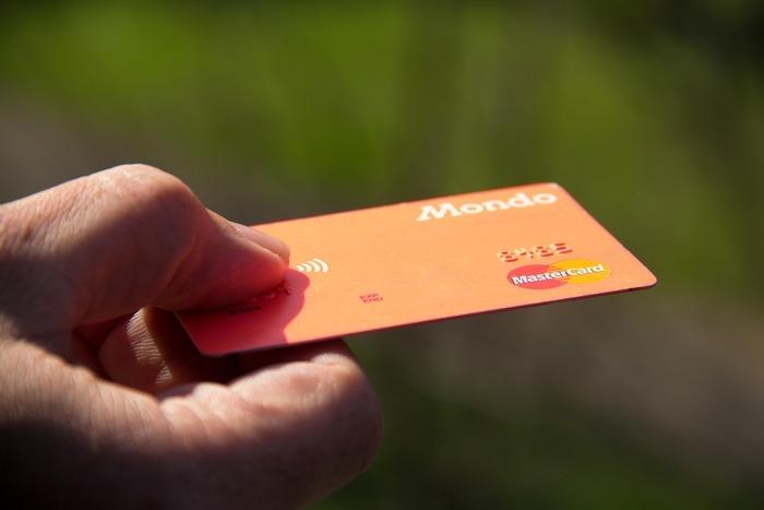 RFID-blockierende Geldbörsen: Sind sie nützlich?  Diebe können Ihre Kreditkarteninformationen leicht stehlen, wenn die Karte über einen integrierten RFID-Chip verfügt.  Hier kommt eine RFID-blockierende Brieftasche zum Einsatz.