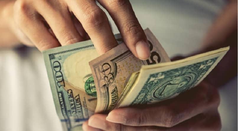 Mann, der Dollar zählt