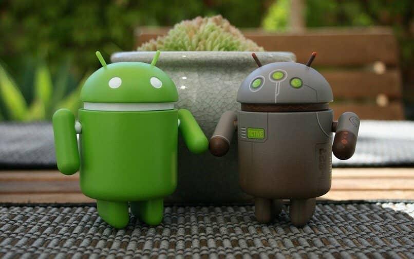 Android-Puppen auf einem Tisch mit Teppich