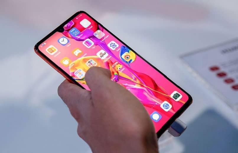 Mann mit Huawei-Handy