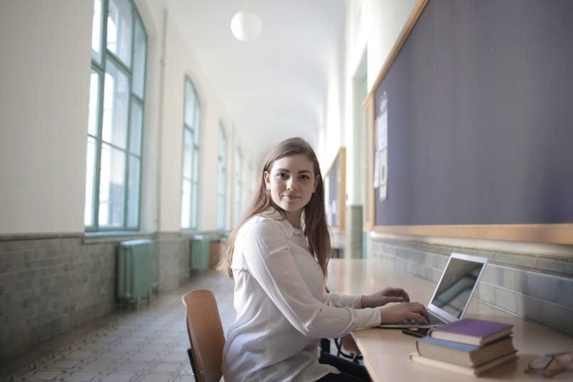 Mädchen, das Dokument auf dem Computer hervorhebt