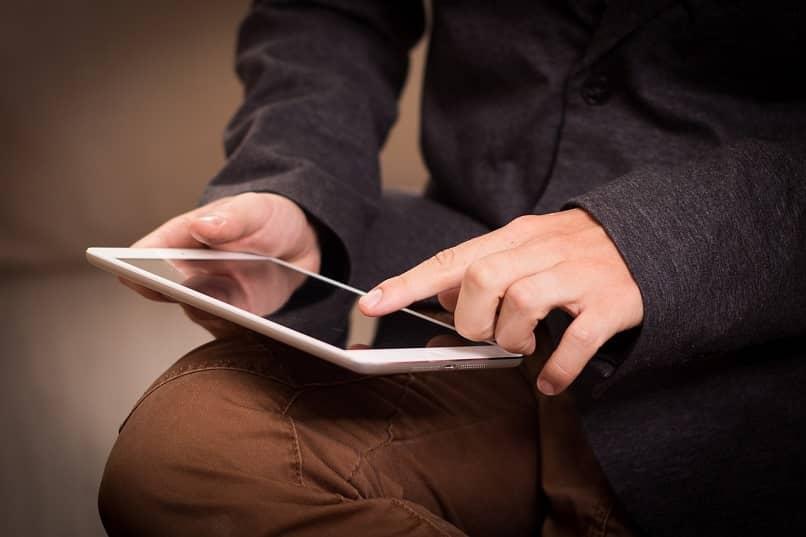 Passen Sie die Lautstärke eines Tablets an und erhöhen Sie sie