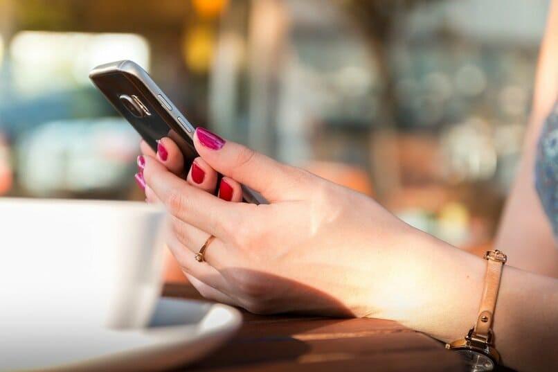 Frau hält Handy