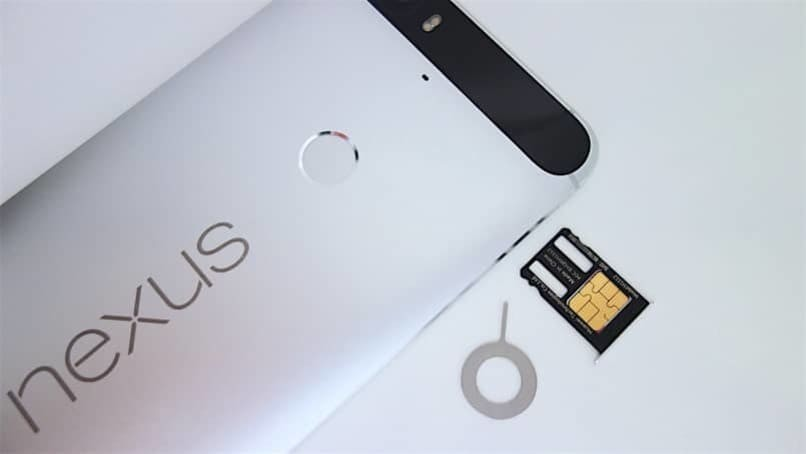 silberfarbenes Handy und SIM-Karte