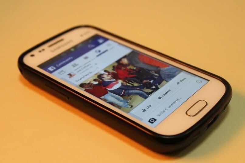Samsung-Handy auf einer orangefarbenen Oberfläche