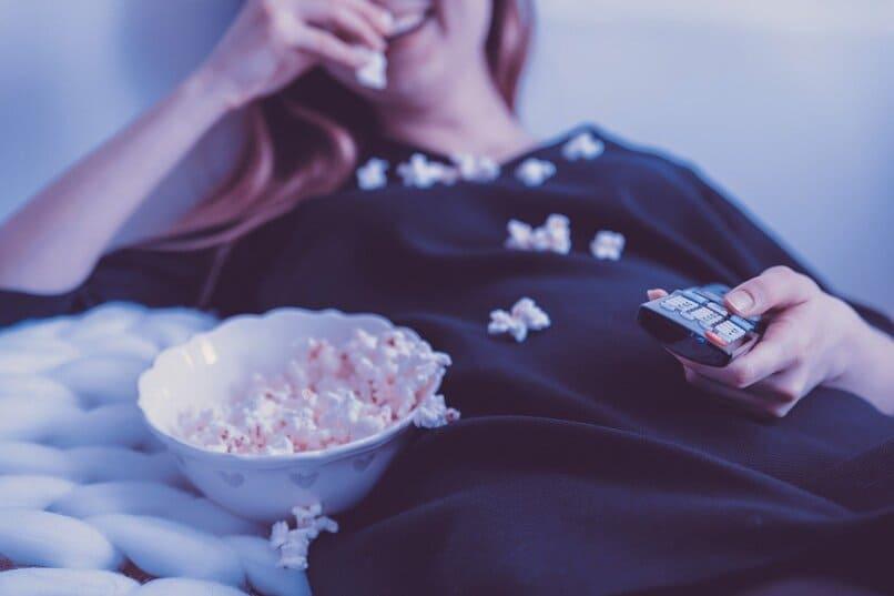 Frau isst Popcorn