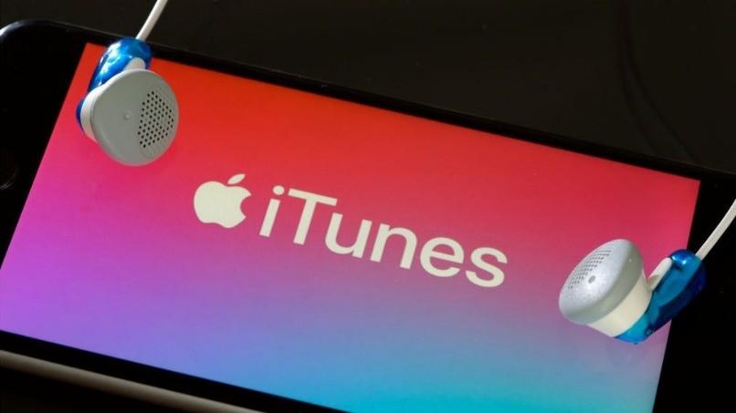 Logo mit Pastellfarben auf dem mobilen Bildschirm