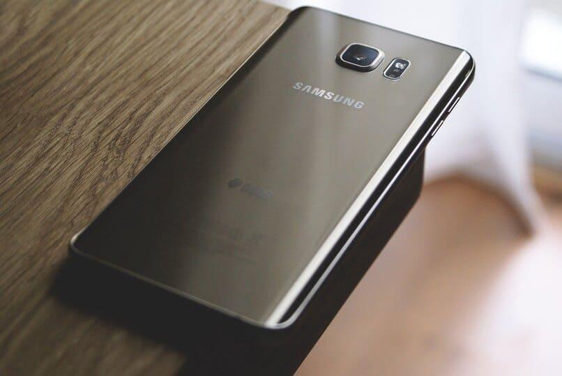 Samsung-Handy auf einem Holztisch