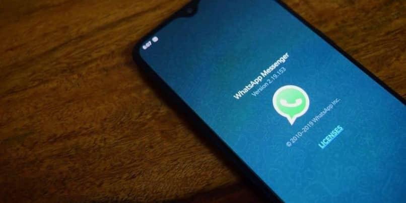 Handy mit WhatsApp-Startbildschirm auf dem Tisch