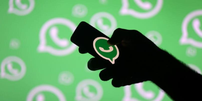 WhatsApp Android-Anwendung auf grünem Hintergrund