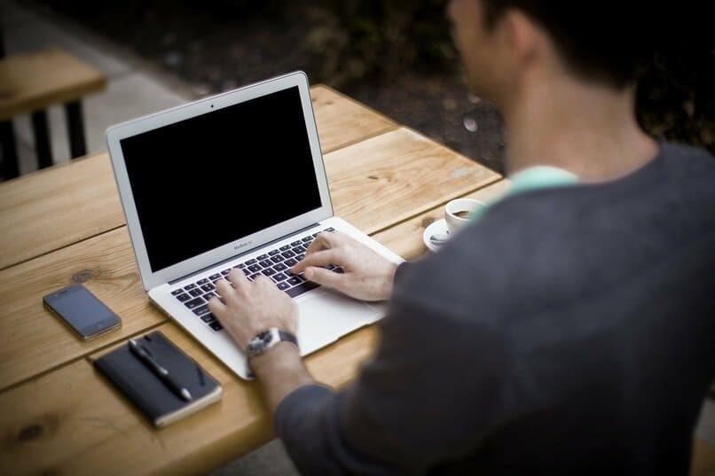 Junge tippt auf Laptop