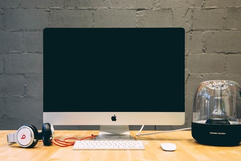 Apfelmarke PC auf einem Tisch