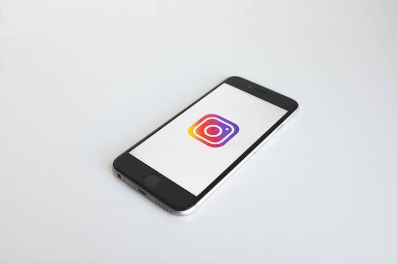Handy mit Instagram-Symbol auf dem Bildschirm