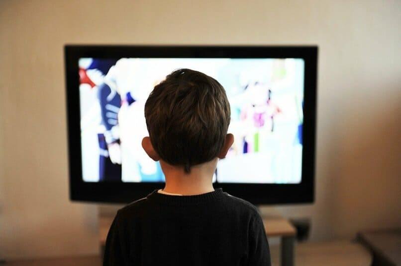 Junge fernsehen