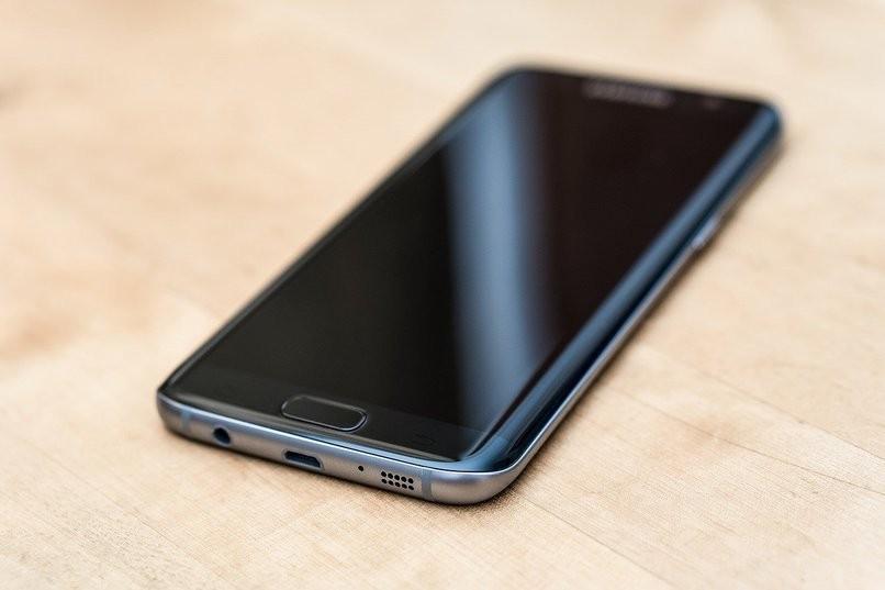 Samsung-Gerät auf dem Tisch