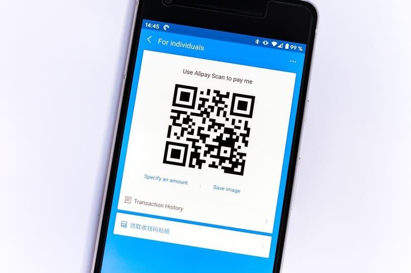 Handy mit einem QR-Code auf dem Bildschirm