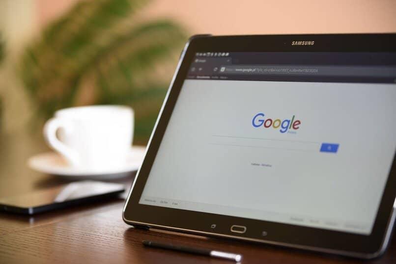 Samsung Tablet mit seinem Bildschirm in der Google-Suchmaschine